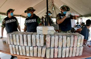 Police officers with packages of cocaine seized from a ship in Manzanillo, Mexico. (Photo: David Oziel / AP)