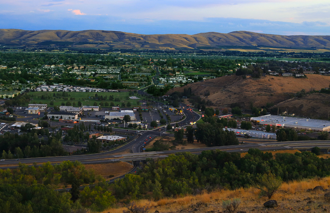 Yakima,_Washington_-_40th_Ave_looking_south_from_Lookout_Point